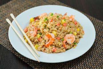assiette de riz au crevette légume et ananas