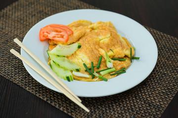 Omelette et légumes frais