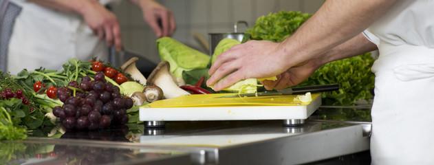 Hände schneiden Gemüse