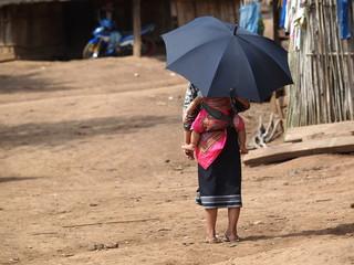 Eine Frau und ein Kind. Laos.
