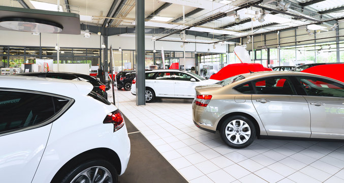 cars in a showroom of a car dealer // Verkaufsraum Autohaus