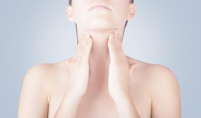 Donna con mani su collo gola sfondo blu