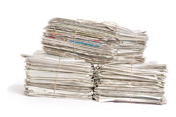 Zeitungsbündel vor einem weißen Hintergrund
