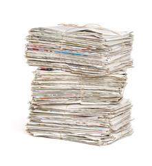 Gestapelte Zeitungsbündel