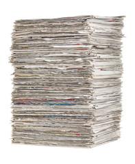 Gestapelte Zeitungen vor einem weißen Hintergrund