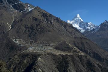 ポルツェの集落と名峰アマダブラム