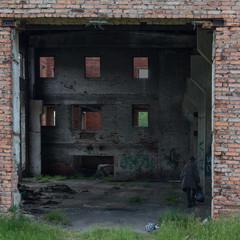 Бездомный человек в разрушенном здании
