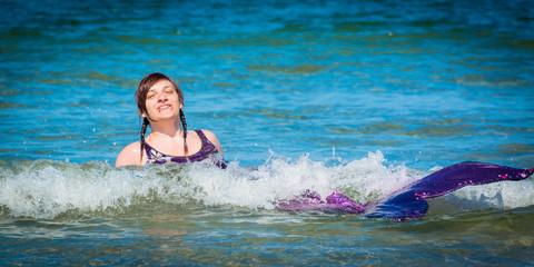Meerjungfrau hat Spaß im Wasser