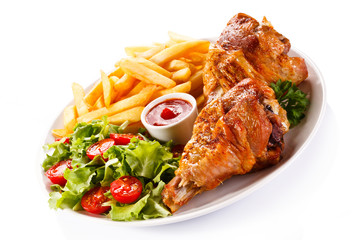 Grilled turkey thigs with chips and vegetables