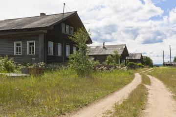 Дома на деревенской улице. Лесной посёлок Подгородье, Вельский район, Архангельская область, Россия