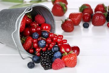 Beeren Früchte im Eimer mit Erdbeeren, Himbeeren, Kirschen