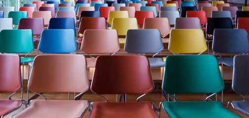 In de dag Theater Rows of colorful chairs