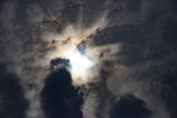 暗雲から差す一筋の陽光
