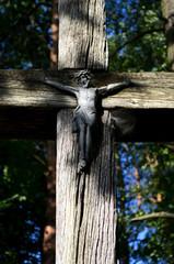 stary drewniany krzyż z wizerunkiem Jezusa