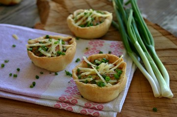 Mini tarts with onion and cheese