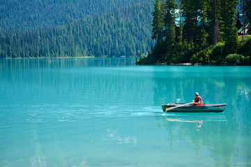 Ruderboot auf dem Emerald Lake im Yoho Nationalpark