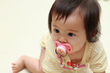 おしゃぶりをくわえる赤ちゃん(0歳児)