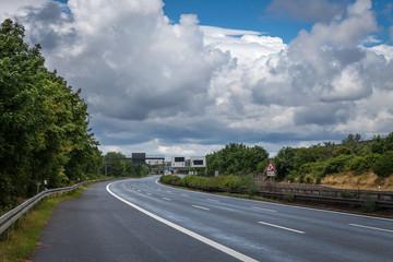 Kurve Autobahn Leer Wolken