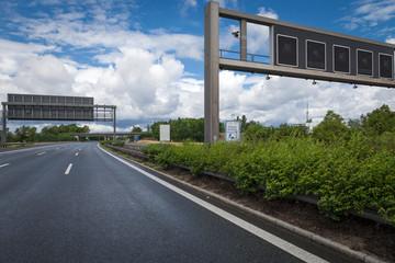 Leere Autobahn Schilderbrücke