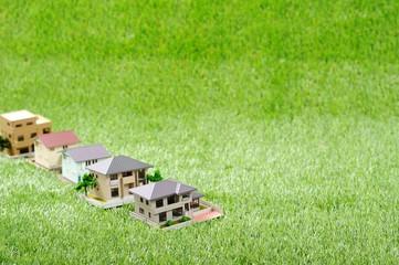 緑の芝生と家の模型