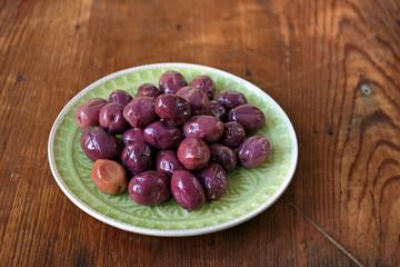 ein teller dunkle oliven