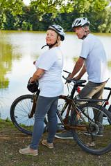 Senioren machen Ausflug mit dem Fahrrad