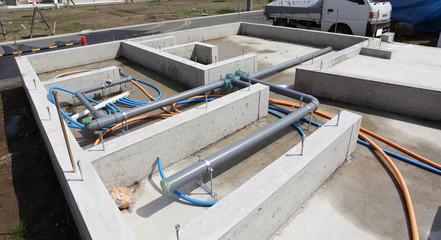 住宅の基礎工事 床下の配管 下水 給水 排水 給湯器のパイプ