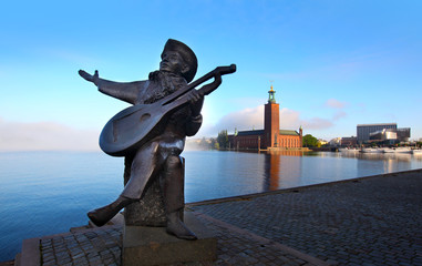 Evert Taube statue with the City Hall in the background