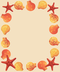 Яркая рамка из морских ракушек и морских звезд на песочном фоне.