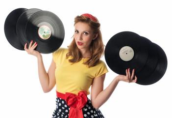 Frau im Rockabilly Kleid präsentiert Schallplatten als Werbefläche