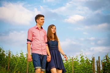 Junges Paar beim Spaziergang in den Weinbergen