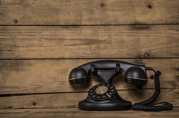 Altes Telefon mit Schnur auf Holz Hintergrund