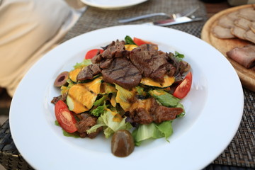 Salad with grilled veal and mushrooms
