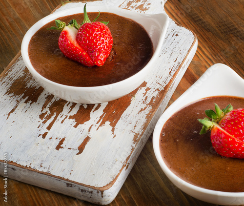 """Homemade Chocolate Mousse with fresh berries on wooden table."""" Fotos ..."""