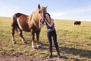 Ritratto di una ragazza che abbraccia un cavallo