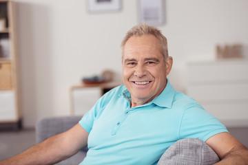 moderner älterer mann in seiner wohnung