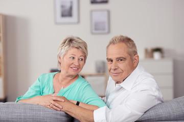 älteres paar zu hause auf dem sofa