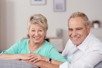 glückliches älteres paar in ihrer wohnung