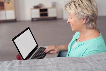 ältere frau sucht etwas im internet