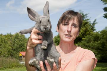 Une femme et son lapin de compagnie