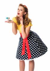 Mädchen im Rockabilly Style hält einen Parfümzerstäuber