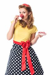 Frau im Rockabilly Kleid trinkt aus einer Tasse mit Punkten