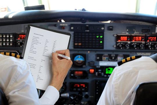 Zwei Ploten im Cockpit Checkliste