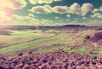 Hierba y Colina verde. Cielo azul y paisaje de montaña en estilo retro vintage