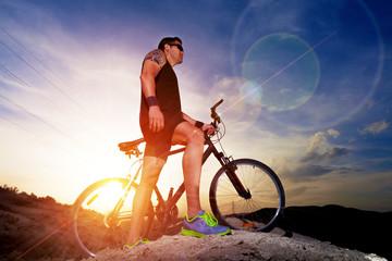 Deporte y vida saludable. Bicicleta de montaña y puesta del sol.