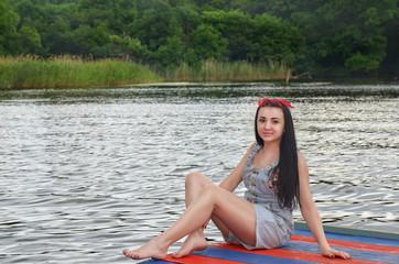 ukrainki-foto-devushek-na-prirode-paren-trahaet-spyashuyu-podrugu-foto