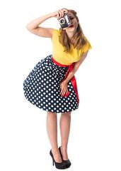 Mädchen im Rockabilly Kleid schießt ein Foto