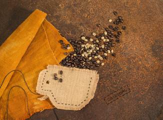 Tazza di caffè in juta con chicchi di caffè su texture di ruggine.