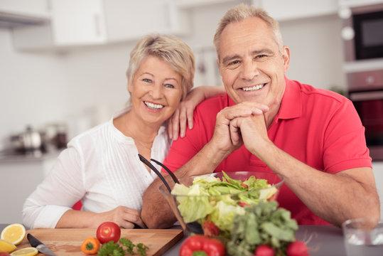 älteres paar ernährt sich gesund