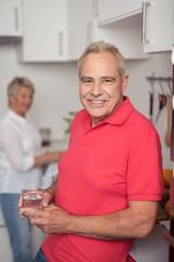 moderne senioren in der küche